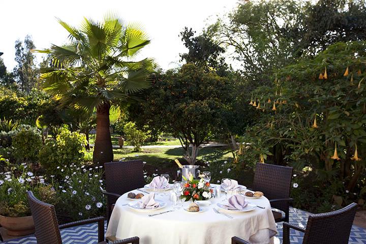 une-table-dans-un-jardin